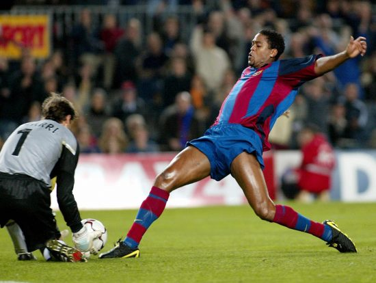 Barcelona's Patrick Kluivert (r) Vies Wi